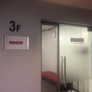 エレベーターで3階に。ようこそウーマンスタッフ大阪支店へ。