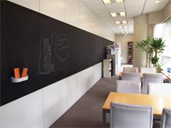 リフレッシュルームには黒板もあり、明るくカジュアルな雰囲気!