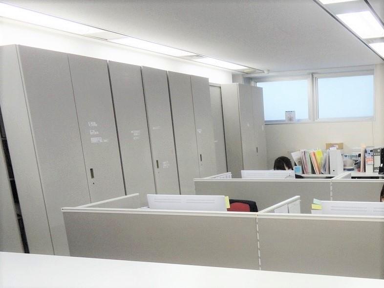 白を基調とした築浅のキレイなオフィスです^^